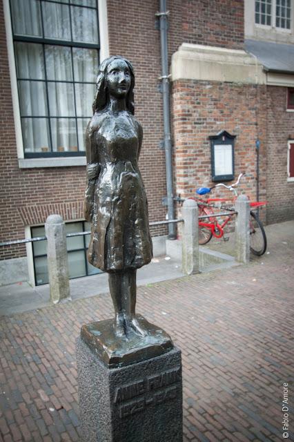 Statua di Anna Frank ad Amsterdam