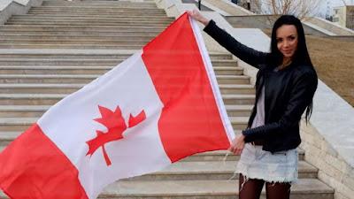 hermosa chica flamea bandera canadiense.