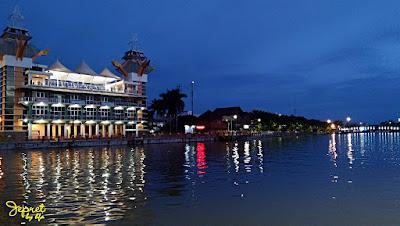 blue hour di menara pandang taman siring sungai martapura kota banjarmasin