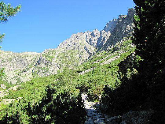 Z prawej wyłania się Łomnica (słow. Lomnický štít, niem. Lomnitzer Spitze, węg. Lomnici-csúcs; 2634 m n.p.m.).