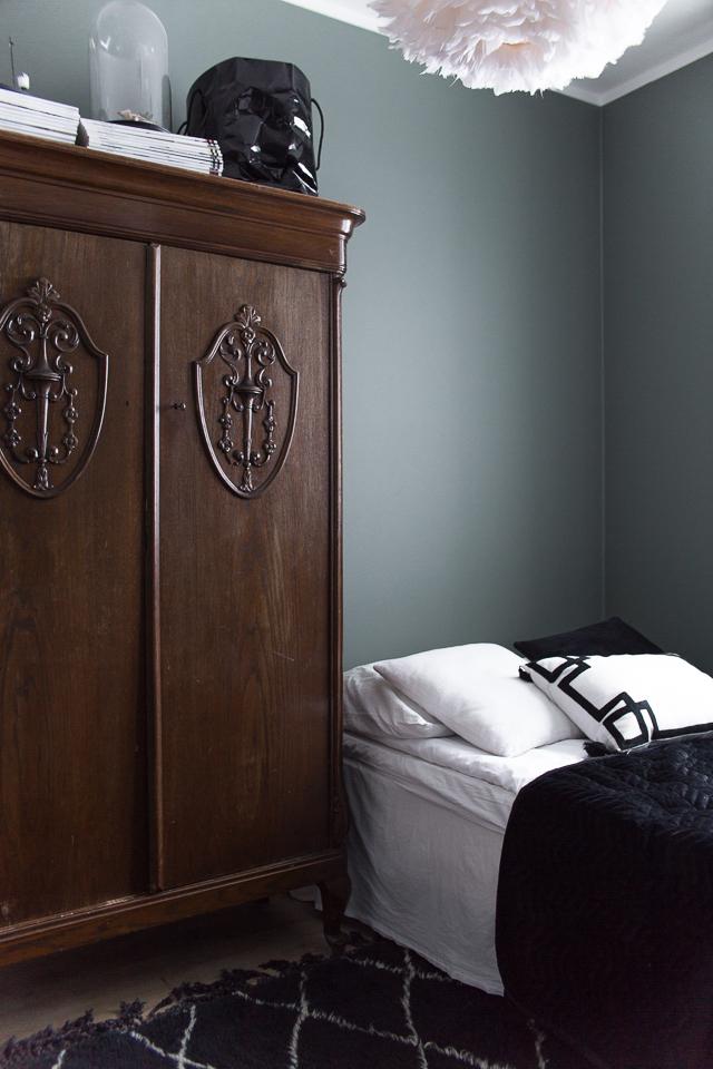 vanha kaappi, vierashuone, skandinaavinen sisustus, höyhenvalaisin,