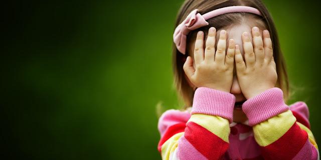 anak kecil tutup mata
