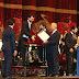 Binali Yıldırım entrega reconocimiento a Ezequiel Silberstein en el escenario del Teatro Colón