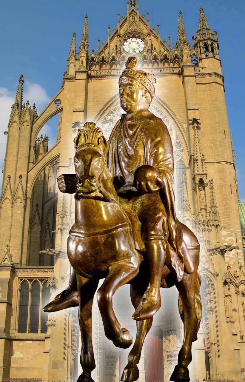 Carlos Magno, estatueta equestre no Museu do Louvre. Fundo catedral de Metz, França.