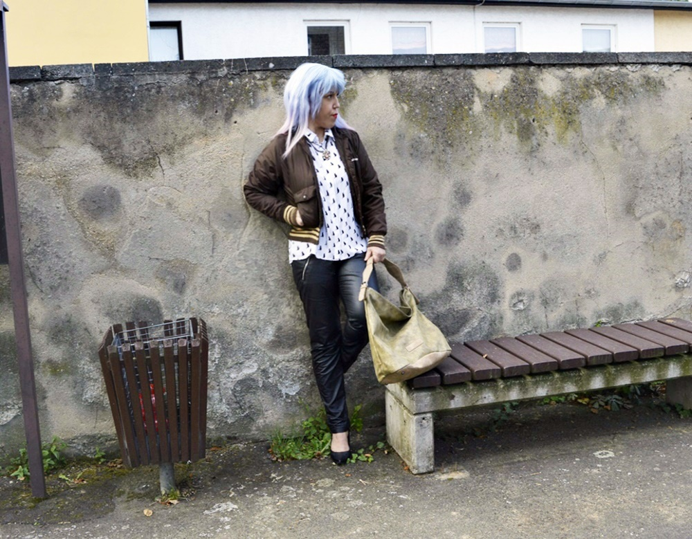 Autumn Streetstyle with Blouse & Retro adidas Blouson Complete Outfit at the Outfit shoot