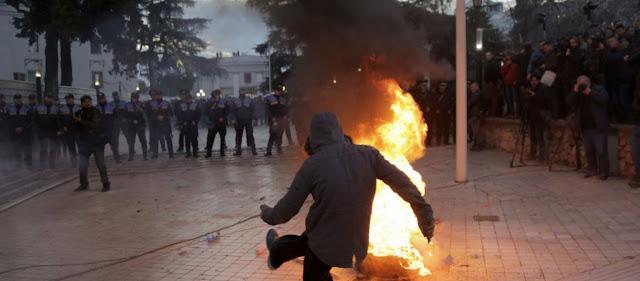 Αλβανική «Βενεζουέλα» - Η αντιπολίτευση δεν αναγνωρίζει Βουλή, κυβέρνηση & Αστυνομία: «Έκαναν χρήση φονικών αερίων»!