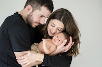 Bebé recién nacido con sus padres. Familia. Fotografía realizada en el estudio Positive de Roldán por Leticia Martiñena, fotógrafa de bebés recien nacidos y niños en Positive Roldán. New Born