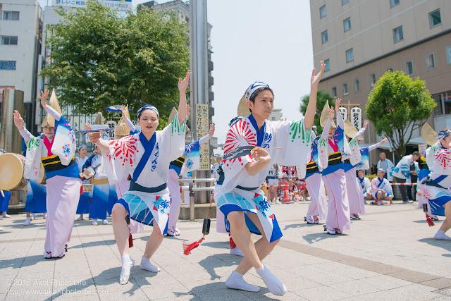 高円寺、熊本地震被災地救援募金チャリティ阿波踊り、東京新のんき連の舞台踊りの男踊りの踊り手の写真 2枚目