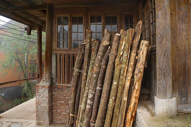 Cordée de bois devant une maison à Ping'an