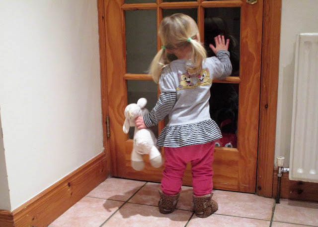 Tiku ja Taku paita, pehmolelu lammas, lasiovi