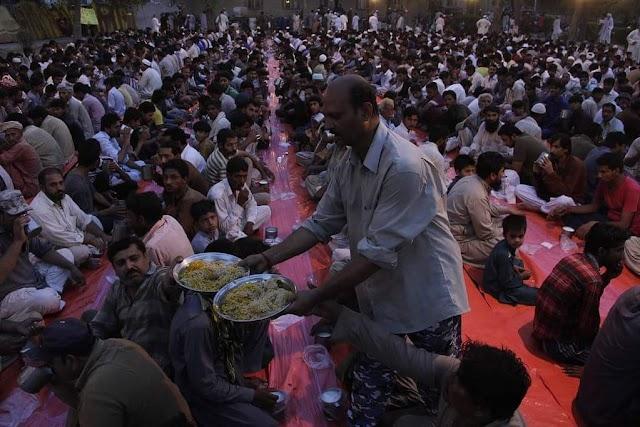 إفطار الصائمين في مدينة لاهور الباكستانية #رمضان