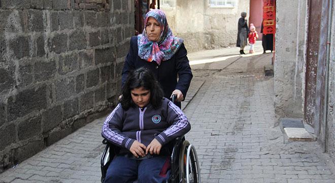 Kızını tekerlekli sandalyeyle okula götüren anneden yardım talebi