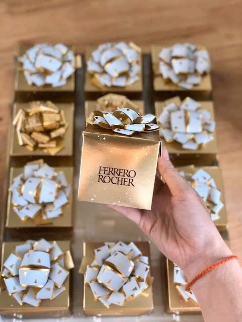"""🍫🍫🍫🍫 SOCOLA FERRERO ROCHER HỘP NƠ 6 VIÊN - ĐỨC 💰💰💰 #180K / HỘP 6 VIÊN DATE: T6/2020  Có đủ loại như hình nhen mấy chị, hàng xách tay hiếm ạ, đừng đợi sát tết vì ko có hàng đâu ạ. Này để dành để bàn thờ hoặc đi biếu tặng siêu đẹp siêu sang luôn nha. Socola thì nhon bá cháy khỏi bàn ợ!  💰💰💰 #180k / Hộp 6 viên  🍫 Socola Ferrero Rocher là một trong những loại socola được làm với kỹ thuật công phu bậc nhất trên thế giới với nhiều lớp đan xen nhau bên trong """"viên ngọc quí"""" này.  🍫 Khi bạn mở lớp giấy bạc màu vàng bọc ra, ngay lập tức bạn sẽ cảm nhận được hương vị thơm ngon của loại sôcôla sữa hảo hạng kết hợp cùng những mẩu hạt dẻ giòn bùi được bọc bên ngoài cùng của viên chocolate.  🍫 Tiếp đến, là lớp bánh xốp giòn tan bao bọc lấy lớp kem sôcôla mượt mịn phía trong và trong cùng là một viên hạt dẻ nằm chính giữa đang đợi bạn khám phá!"""