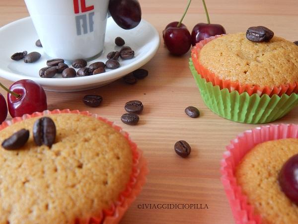 Muffin al sapore di caffè e ripieni di ciliegie