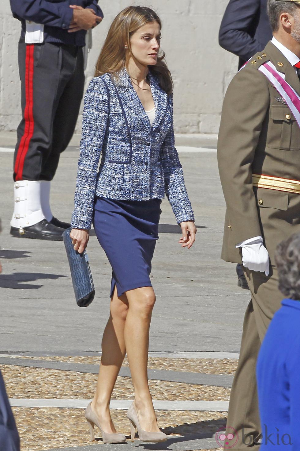 La princesse Letizia portait une jupe droite bleue, une veste de style  Chanel avec ses escarpins Magrit et une pochette Mango. 60fb47303a14