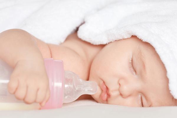 """7 lưu ý """"sống còn"""" khi mẹ pha sữa công thức cho bé"""