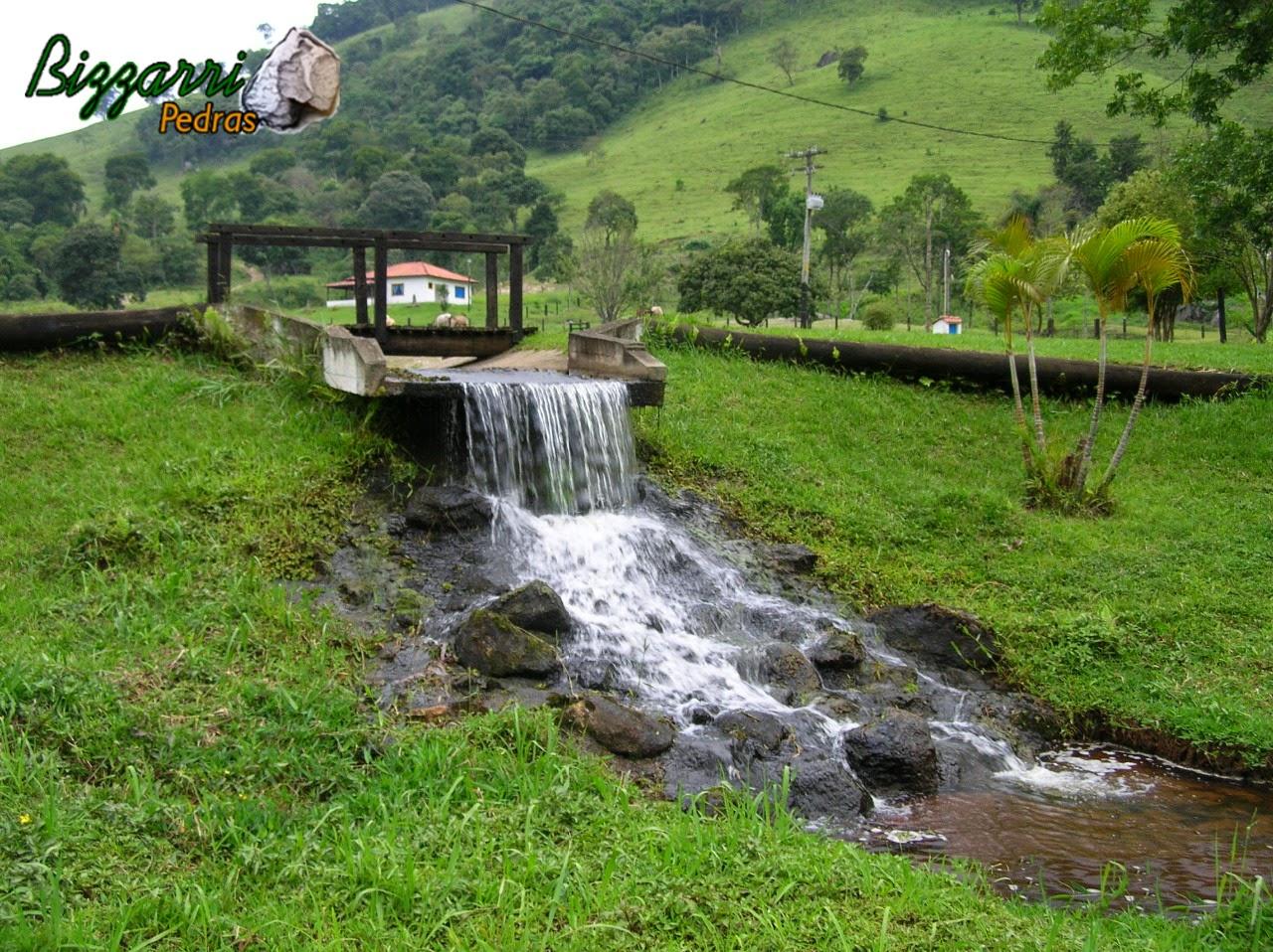 Quando executamos a construção do lago, na vazão da água do lago, executamos a cachoeira com pedra.