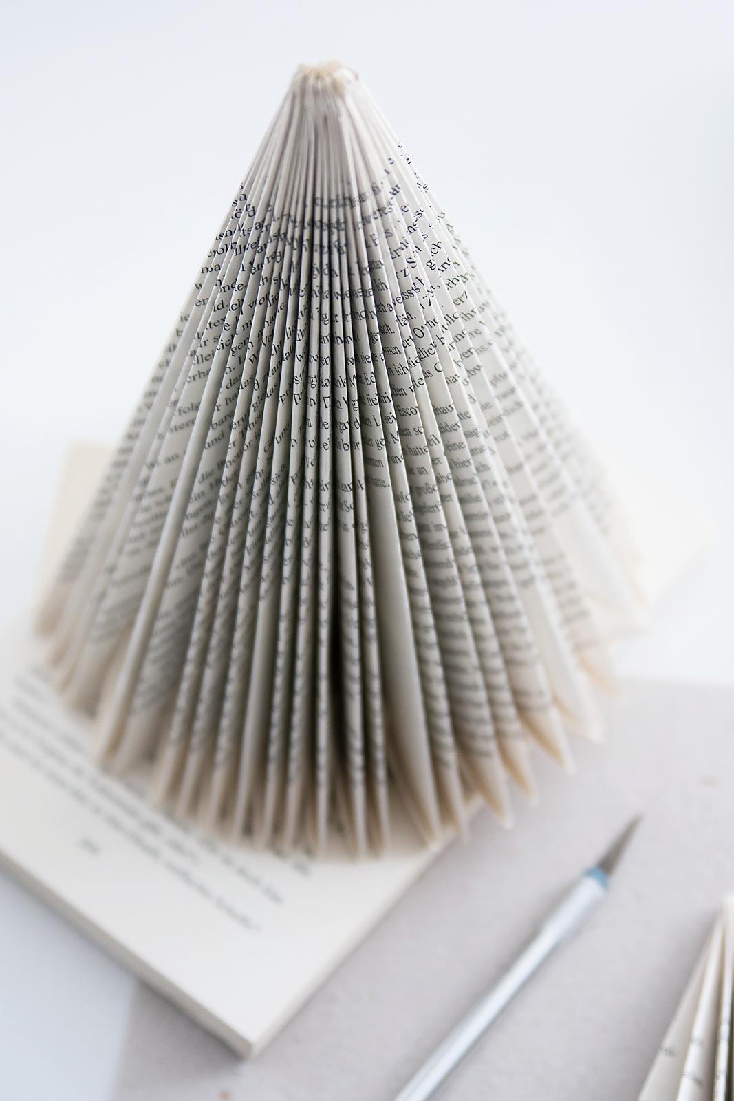 Weihnachtsbäume aus Büchern falten