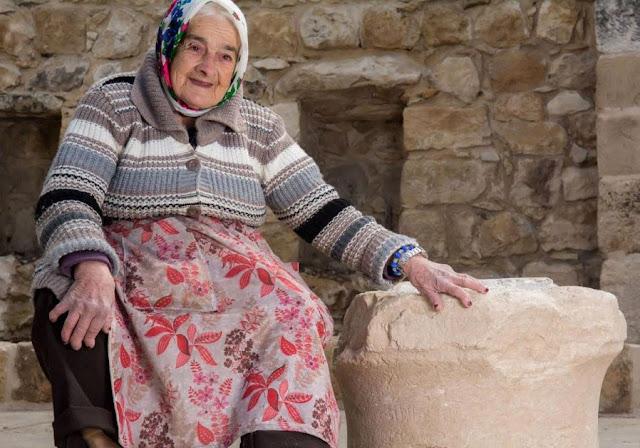 Margalit Zinati, del pueblo Peqi'in, posa con la piedra antigua. (Cortesía de Beit Zinati)