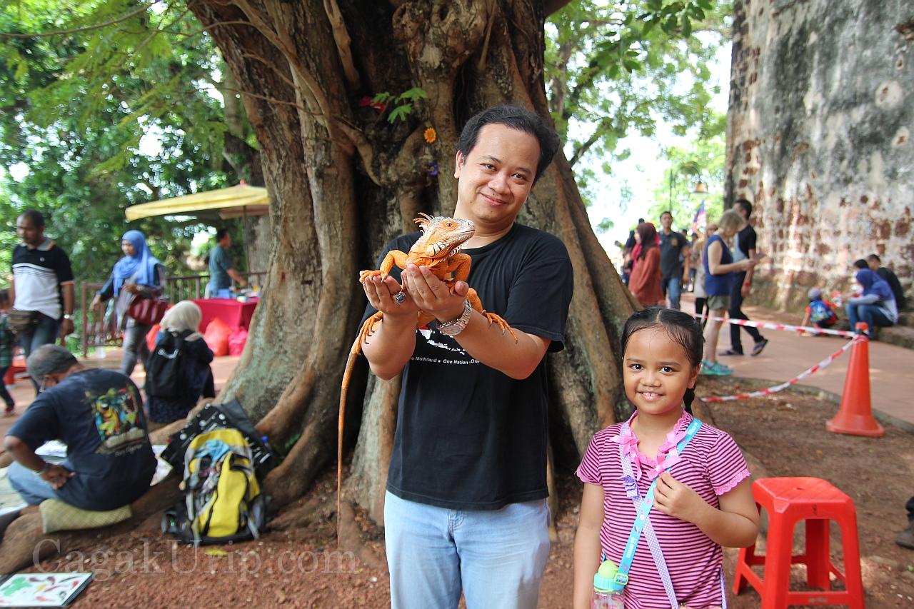 Foto bersama iguana di puncak A'Famosa, Melaka, Malaysia
