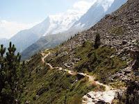 Yüksek bir dağ yamacındaki keçi yolu, patika