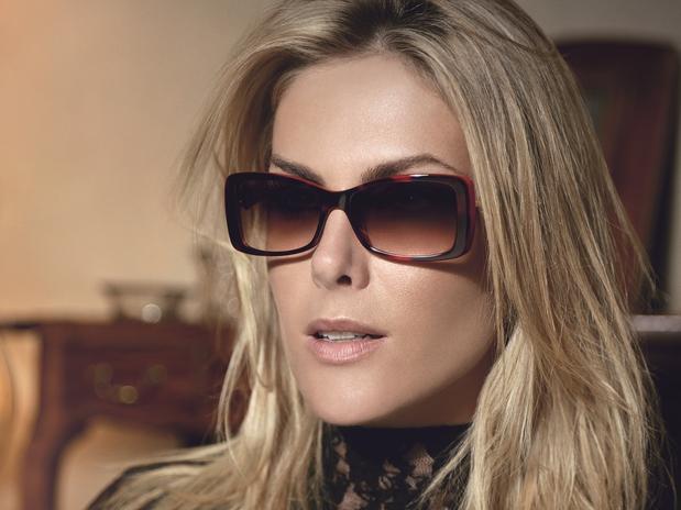 Ana Hickmann posa para divulgar sua linha de óculos. Ana Hickmann estrela a  campanha de outono-inverno 2013 da própria marca ... 96dd2b1842