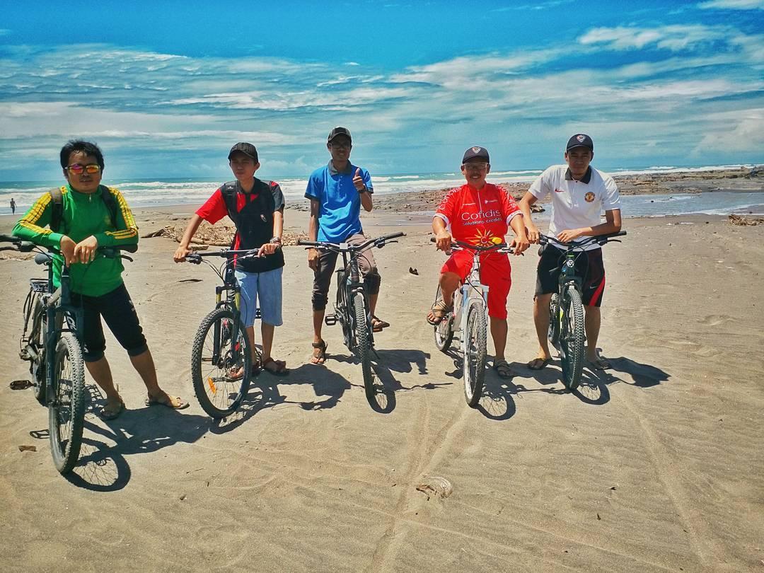 Leles Bike Community : Menyusuri Pesisir Pantai Lugina dengan Bersepeda