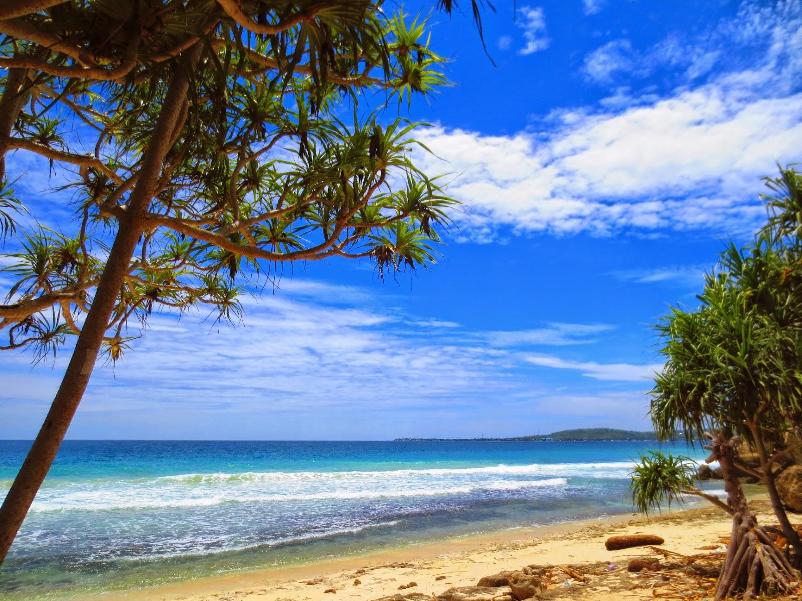 Pantai Dato Majene: Tebing Karang, Ombak, dan Pasir Putih