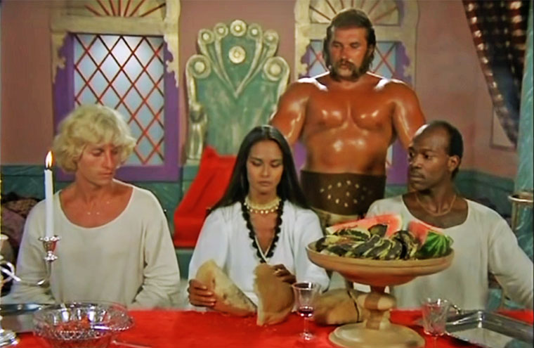 v.l.n.r.: Christian Anders, Laura Gemser, Sascha Borysenko und ??? in DIE TODESGÖTTIN DES LIEBESCAMPS (Love Camp, 1981) von Christian Anders. / Quelle: Screenshot TV-Ausstrahlung arte