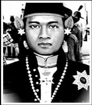 Biografi Pangeran Mangkubumi     Orang Yogyakarta mungkin sudah tidak asing lagi dengan nama Pangeran Mangkubumi. Ya, sosok pahlawan nasional satu ini merupakan ikon yang tak bisa dilepaskan dari masyarakat Yogyakarta. Sebab, beliau-lah pendiri dari kota yang dijuluki kota Gudeg tersebut yang bergelar Sri Sultan Hamengku Buwono I. Berikut sekelumit biografi tokoh Indonesia ini.  Sri Sultan Hamengku Buwono I terlahir pada 6 Agustus 1717 dengan nama asli Raden Mas Sujana. Dia putra pasangan Amangkurat IV, raja dari Kasunanan Kartasura, dan Mas Ayu Tejawati. Baik Amangkurat IV dan Mas Ayu Tejawati berasal dari trah Brawijaya V.  Sejak dari kecil, Raden Mas Sujana senang dengan kegiatan yang mengandalkan fisik di masanya, seperti berkuda, keahlian memainkan beragam senjata, dan keprajuritan. Keterampilan dan keahliannya ini kelak membuat Susuhunan Pakubuwono II mengangkatnya sebagai pangeran lurah (seseorang yang dituakan) di antara anak-anak raja lainnya. Setelah dewasa, Raden Mas Sujana mendapat gelar Pangeran Mangkubumi.  Seorang pemimpin tidak muncul begitu saja, tetapi ia tumbuh dari benih yang baik dan mau berlatih dengan penuh kesungguhan dan ketekunan. Begitu juga dengan Mangkubumi yang dibesarkan di kalangan Istana Mataram Kartosuro yang penuh kemelut. Di bawah kekuasaan Pakubuwono II, Mangkubumi tumbuh sebagai pemuda yang