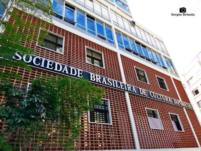 Perspectiva inferior da fachada da Sociedade Brasileira de Cultura Japonesa - Liberdade - São Paulo
