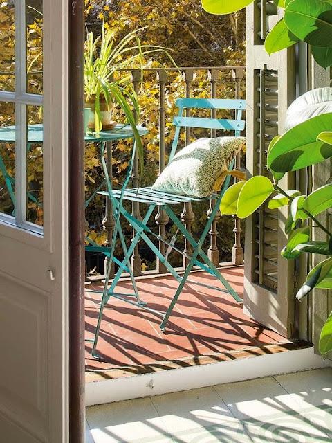 scaun albastru din fier in balcon deschis