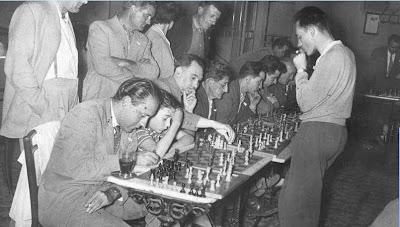 Ridameya en una sesión de simultáneas de ajedrez en el Casal Católico en La Pobla 1960