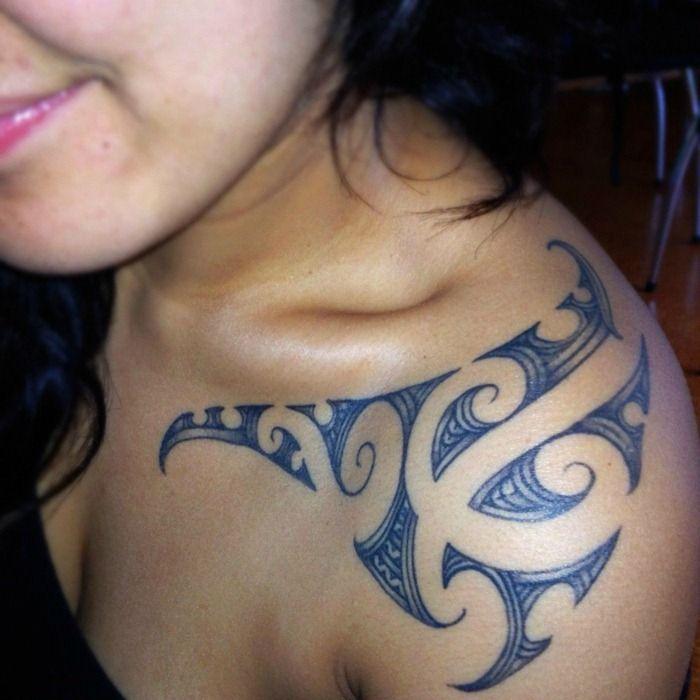 tatuaje maori para mujer en el hombro
