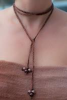 Collar trenzado metálico en tono bronce con perlas a juego