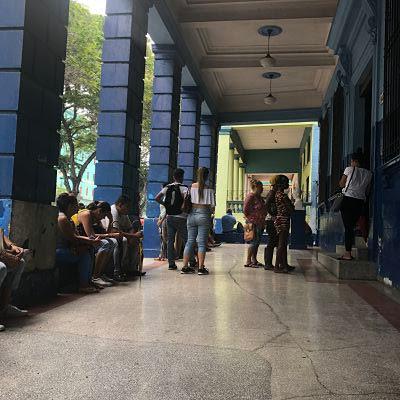 Cola en la oficina de ETECSA en la Calle Carlos III en La Habana