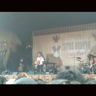 gambar foto konser iwan fals asmat papua