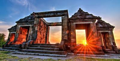 Salah satu pesona yang ditawarkan Di Kompleks Situs Ratu baka adalah menikmati sunset