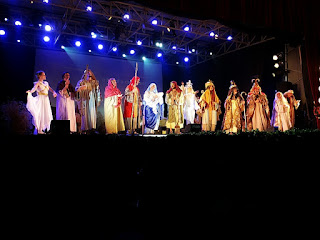 Encenação do Auto de Natal em Canela: todo o elenco reunido e cantando no palco.