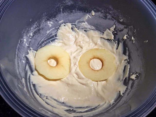 Rodajas de manzanas bañadas en mezcla de yogur, harina, huevo, sal y levadura