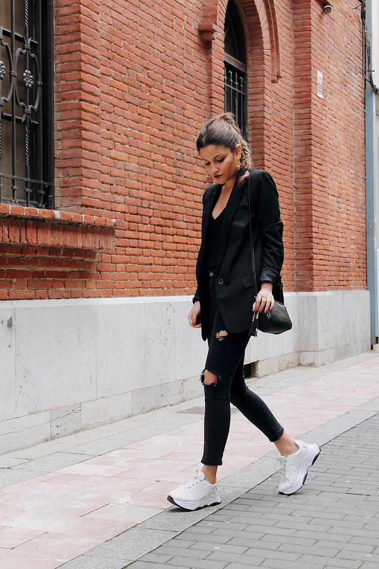 Look elegante negro con zapatillas