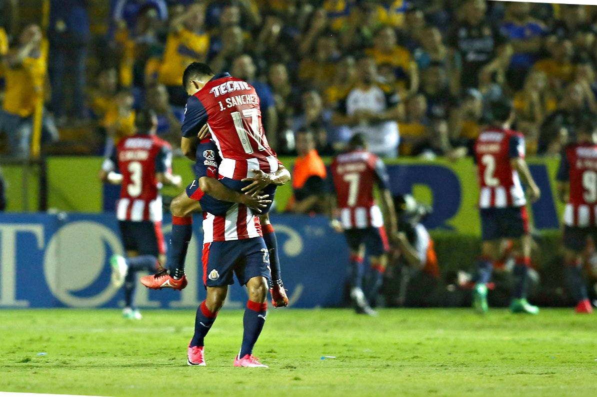 Chivas celebra gol frente a Tigres.