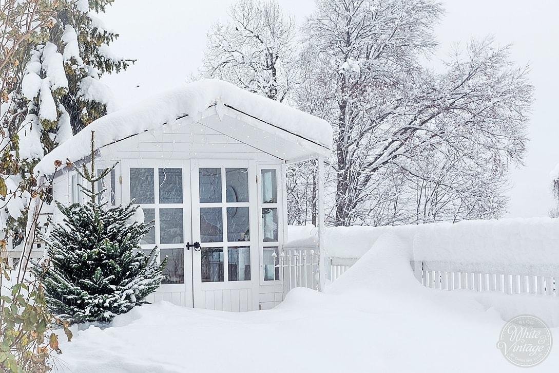Winterbilder: Gartenhaus im Schnee