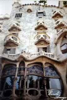 Casa Batló en el paseso de Gracia de Barcelona, originales balcones en forma de mascara y llamativa fachada con multitud de colores gracias a la utilización del azulejo caracteristico en las construcciones de Gaudi