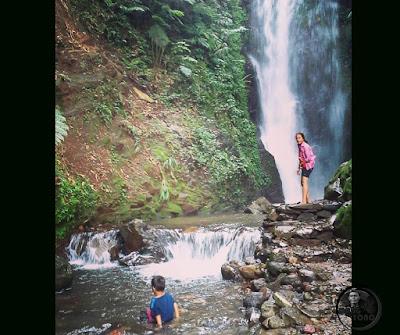 FOTO 2 : Anaknya Lurah Yuli Merdeka Wati menyusuri dan mendekat aliran Sungai Curug Sadim