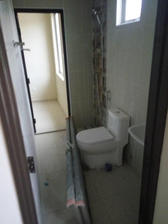 Blik air antara 2 bilik