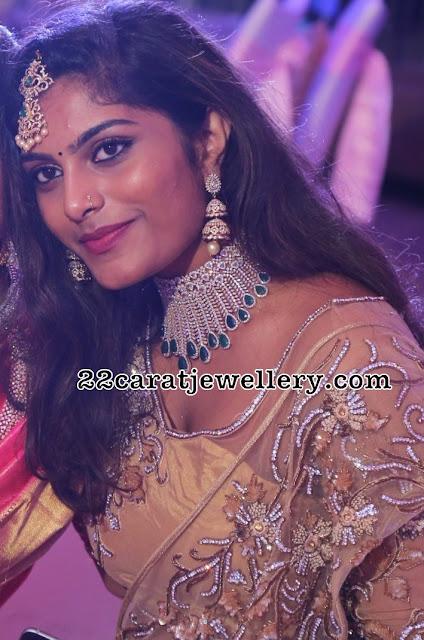 Gorgeous Girl Kriti Emerald Diamond Choker