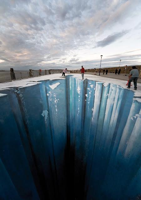 Buzullardaki derin ve karanlık bir uçurumu gösteren kaldırım sanatı resmi