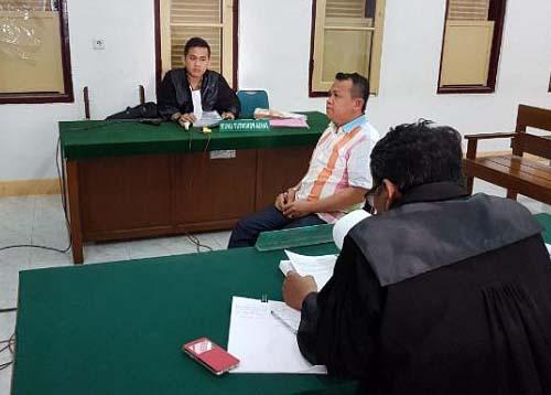 Plt Kadis Kesehatan Labuhanbatu Asrarul Hayat Nasution saat menjalani persidangan.