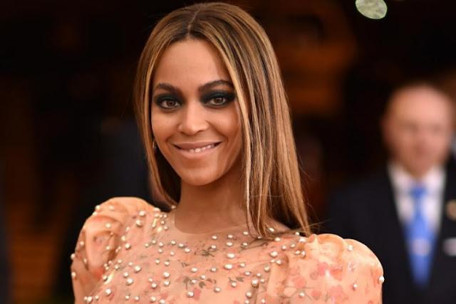 Estilista revela que Beyoncé usó lubricante en el cuerpo para ponerse el vestido del MET Gala 2016.